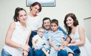 Povestea familiei care a adoptat un băiețel cu nevoi speciale, abandonat în spital